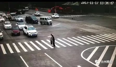 女司机绿灯前霸气停车往前跑