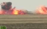 飞行的红色炸弹卡车 弹药瞬间毁灭一个山头