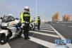 驾驶员遇交警执勤心虚停车 原是准驾车型不符
