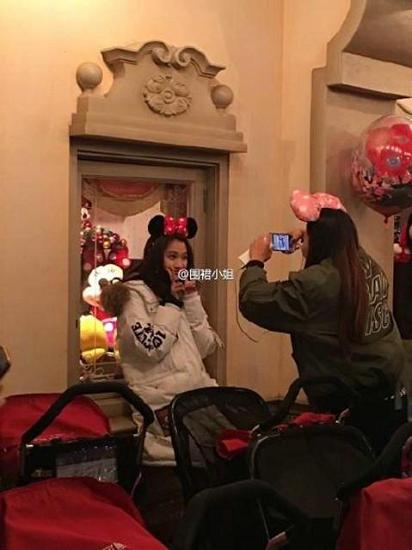 另据爆料,给关晓彤拍照的是个女生,粉丝推测可能是关晓彤口中的助理姐姐