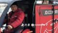 """哈尔滨快递小哥""""年货梦"""":攒钱请父母出国旅行"""