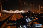 信號工:徹夜檢修守護高鐵安全