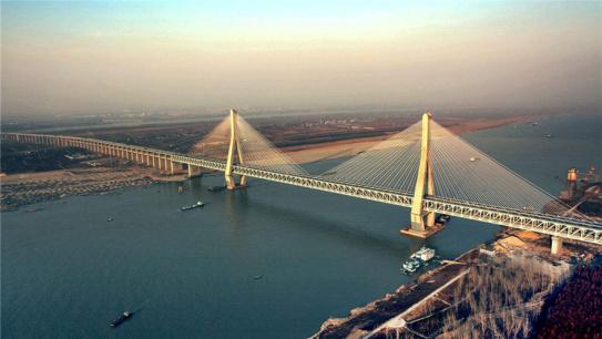 大桥上的中国——长江大桥连接中国与世界