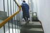 暖心!商住楼楼梯高 济南一市民摆椅子供邻居歇脚