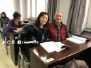 英国大爷在哈尔滨老年大学学初级英语 原来是为了陪太太
