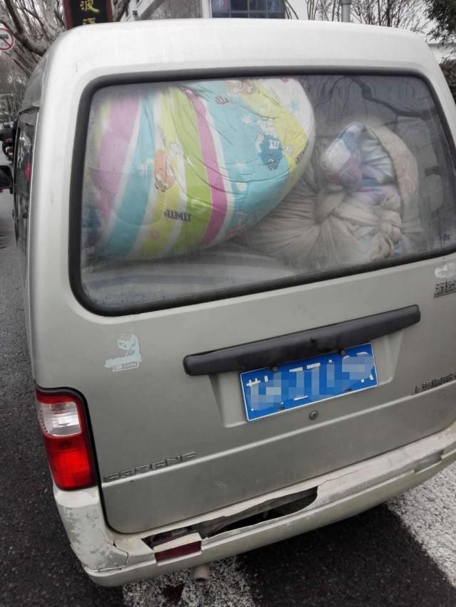 北京赛车玩法技巧:客货混装塞满面包车,图方便但安全隐患大