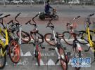 多地共享单车呈饱和状态 有车辆无人骑落满灰尘