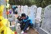 八宝山公墓遇7级大风 志愿者清理2吨纸钱等飞散垃圾