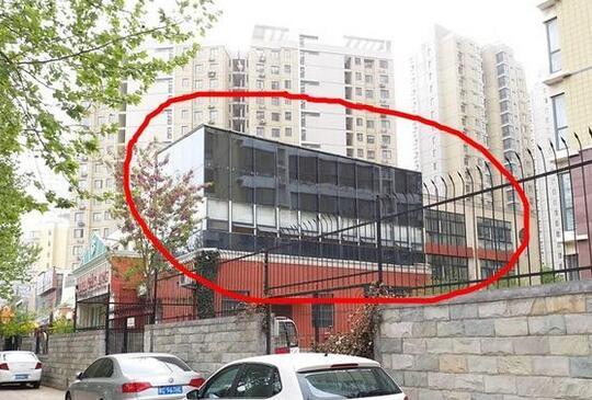 幼儿园违规加盖玻璃房 居民反映两三年如今建成了