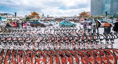 图为位于昆明市三市街与金碧路交叉口的共享单车临时停放点。