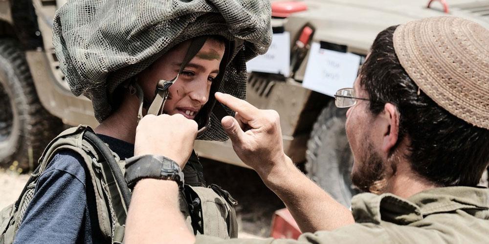 以色列儿童体验军事设备庆祝独立日到来
