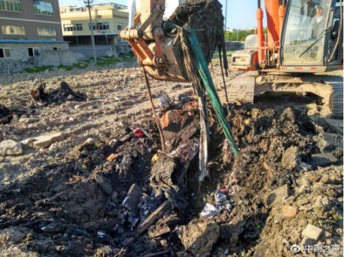 群众自行叫来挖掘机外开地面验证。图片来源:中国之声官方微博