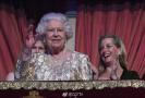 """众星捧月 英国女王打破""""低调传统""""听演唱会庆生"""