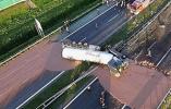 【组图】波兰货车失事 12吨巧克力倒满公路