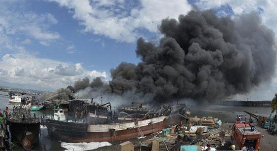 印度尼西亚一艘渔船着火