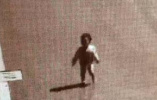 2岁幼童凌晨离家行走在马路中间,幸被民警在监控中发现获救