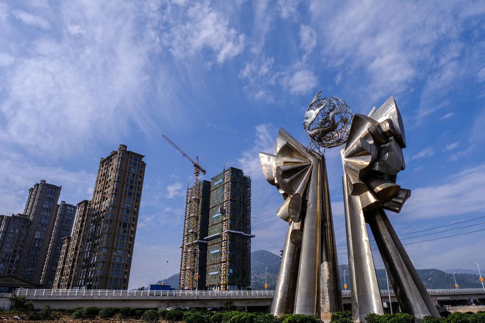 这是12月3日在龙港镇拍摄的正在建设的高楼。新华社记者 徐昱 摄