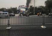 郑州花园路上疑似一汽配城着火 可见黑烟滚滚