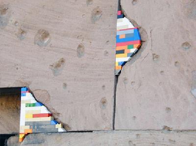 用代表爱心的乐高玩具来修补在二战中空袭受损的建筑