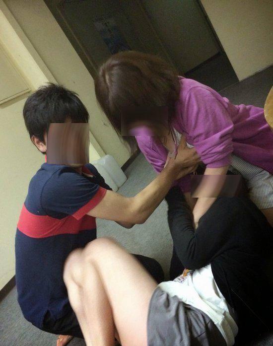 女大学生模仿成人片自摸任男生拍照