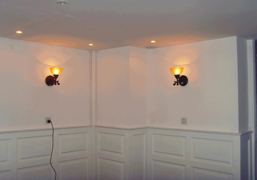 所谓墙裙,很直观、通俗的说就是立面墙上像围了裙子。这种装饰方法是在四周的墙上距地一定高度范围之内全部用装饰面板、木线条等材料包住,可以用漆、木板、铝塑板等等材质做出来,常用于卧室和客厅。除了具有一定的装饰目的以外,也具有避免纯色墙体因人身活动摩擦而产生的污浊或划痕。因此,在材料选择上常常选用在耐磨性、耐腐蚀性、可擦洗等方面优于原墙面的材质。 护墙板从基材的种类上可分为木质及塑料两大类,其中木质的又可分为条状型材及整张的板材两种,从基材加工工艺上可分为中密度板及胶合板两种。它属于一种墙面材料衍生品,起到对