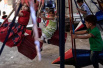敘利亞建兒童遊樂場 用火箭彈殘骸做鞦韆(視頻)