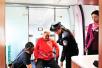 动车上旅客突然犯病 两外国医生紧急施救(图)