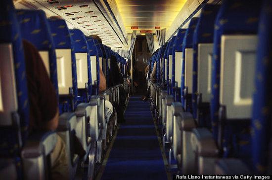 飞机上的盘子和毯子都