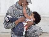 美军女军人公开哺乳呼吁消除歧视