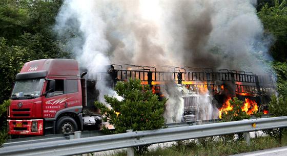 35吨保险粉自燃 致高速封路15小时