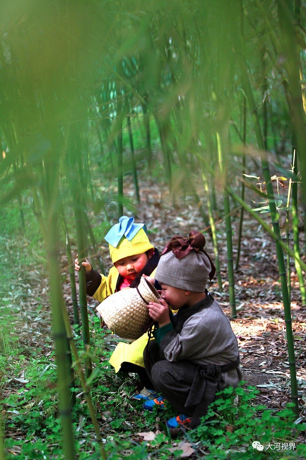 人民公园竹林里两名古装扮相的小游客在找春笋。