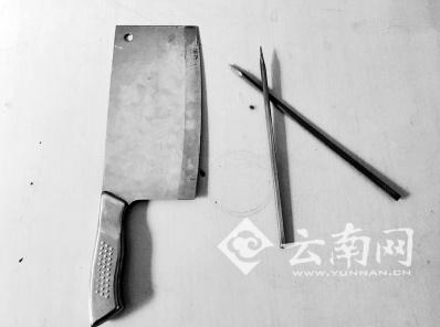 小伙用来自残的菜刀和削尖的竹筷
