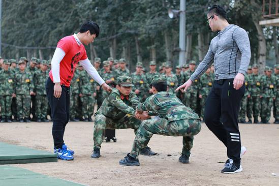武警部队邀请健身教练强健新兵体魄 图图片