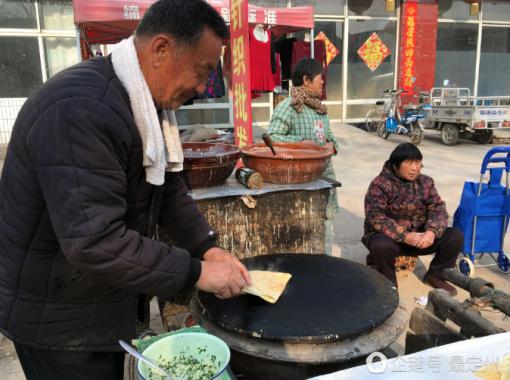 河北七旬农村老人卖传统煎饼 每张5毛十几年不涨价