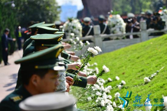 月1日,歌乐山烈士陵园,武警重庆总队八支队官兵为革命先烈敬献