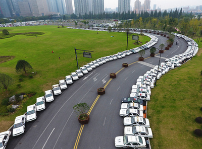 """杭州/杭州现史上""""最牛""""C字路变身公车停车场"""