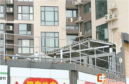 郑州一区小区二楼露台建花房遭投诉 执法人员忙叫停施工