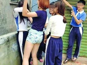 """校园""""女霸王""""殴打同学宿舍称霸 被抓时神情傲慢 ..."""