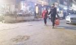 路边烧烤架风扇 油烟排向人行道市民呛得直咳嗽