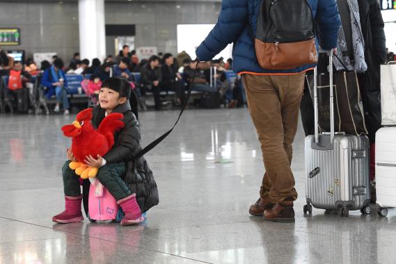 杭州火车站:千里迢迢 回家的孩子在路上