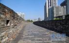 明城墙上木屋引热议 有关部门:建游客中心
