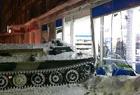 开装甲车闯进超市