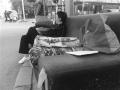 女子露宿街头十几天 热心市民送来食物和棉被
