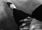 英国摄影师探访中国最后裹小脚的女性:太柔软了,脚形状让人难以置信