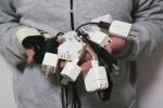 """您手里闲着几个手机充电器?记者调查商品""""超生""""之患"""