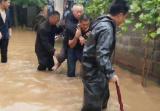 局地连降大雨!信号塔被吹倒 居民家中灌水