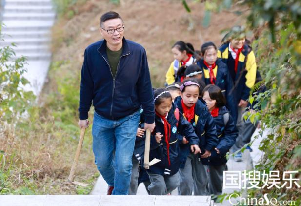 麦老师带学生上山