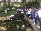 杭州一中学组织学生比赛钓小龙虾:清理校园池塘也为备考减压