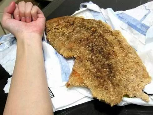 黑作坊用过期鸡肉制成里脊肉 肉胶合成大鸡排