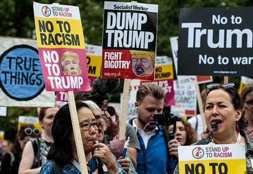 """特朗普访英尴尬不断 英国民众举行""""反特""""示威 好似""""嘉年华"""""""